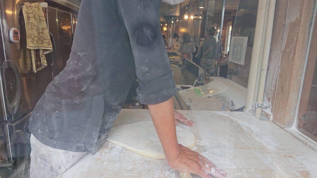 かばと製麺所のうどんを打つところ