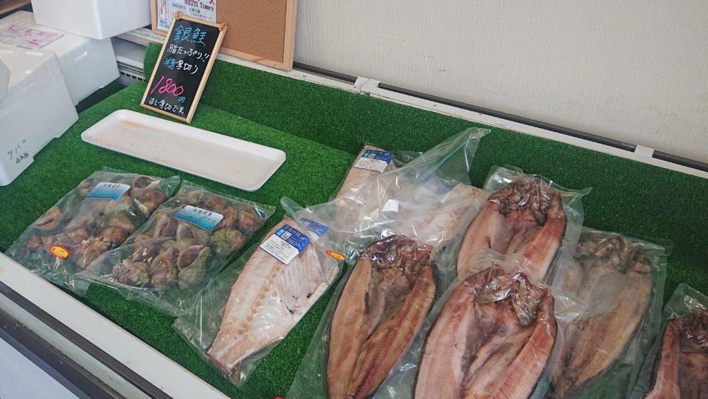 魚楽小川水産の売り場1